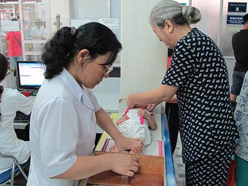 Nhiều bà mẹ đưa con đến các trung tâm tư vấn dinh dưỡng để có kiến thức thực hành chăm sóc trẻ tốt hơn