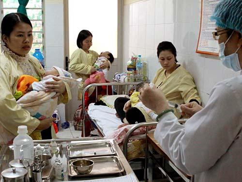 Hầu hết trẻ mắc sởi đều có biến chứng viêm đường hô hấp. Trong ảnh: Trẻ em mắc sởi đang điều trị tại Bệnh viện Nhi trung ương