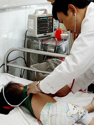 Bệnh nhi bị sởi biến chứng viêm phổi đang được điều trị tại Bệnh viện Bạch Mai