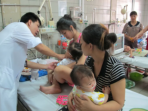Nhiều bệnh nhi đang được điều trị tại Bệnh viện Bạch Mai