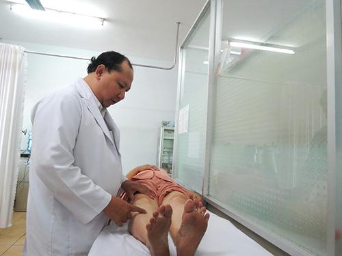 Bác sĩ Bệnh viện Chỉnh hình và Phục hồi chức năng TP HCM khám cho một bệnh nhân