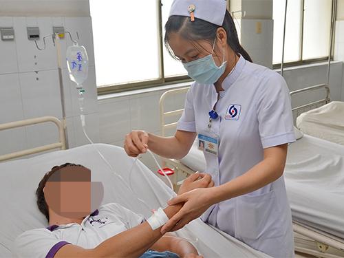 Việc truyền dịch phải được chính thầy thuốc chỉ định và theo dõi. Trong ảnh: Bệnh nhân được truyền dịch tại Bệnh viện Nhân dân Gia Định Ảnh: Tấn Thạnh
