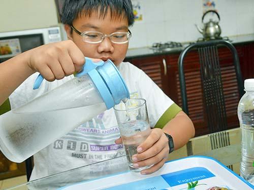 Cần uống đủ nước vì cơ thể thường xuyên mất nước khi hoạt độngẢnh: Tấn Thạnh