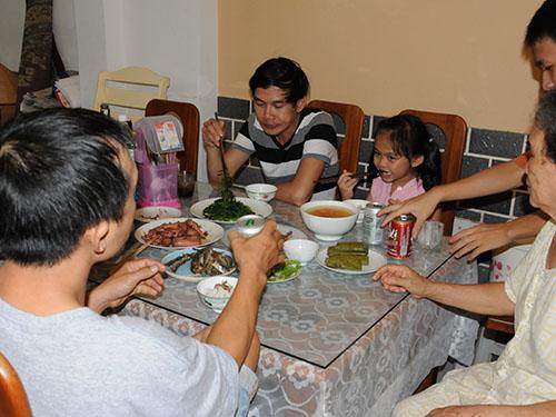 Những bữa ăn gia đình sẽ giúp trẻ phát triển các kỹ năng về ngôn ngữảnh: Hồng Thúy