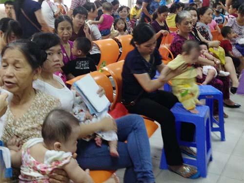 Nhiều người dân đưa con đến các điểm tiêm chủng dịch vụ