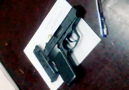 Khẩu súng Thông dùng uy hiếp nhân viên tiếp nhận hồ sơ UBND quận Tân Phú – TP HCM, bị Cảnh sát 113 thu giữ. Ảnh Cảnh sát 113 cung cấp.