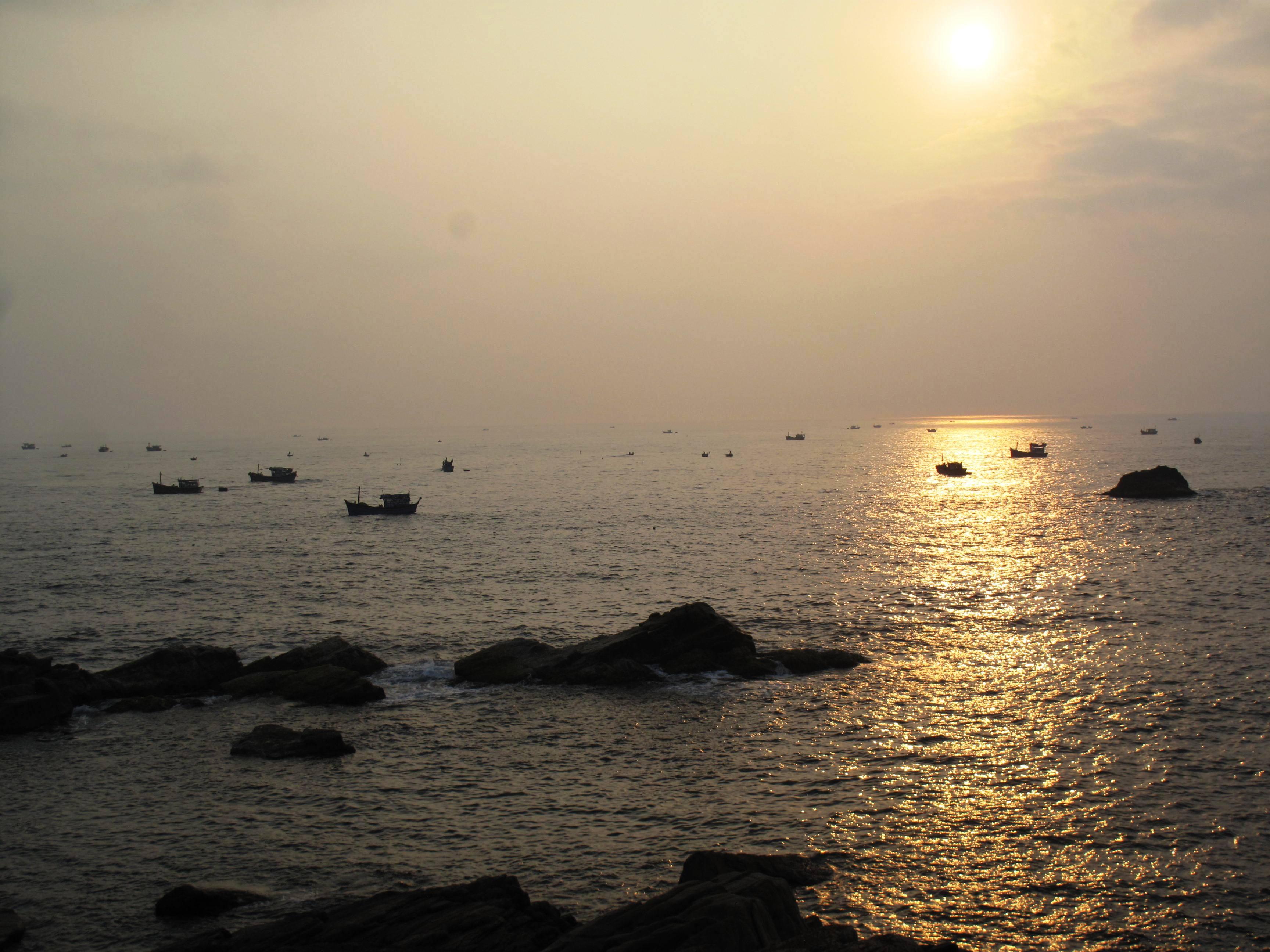 6 giờ sáng, những thuyền mành tôm hùm giống bắt đầu vào bờ.
