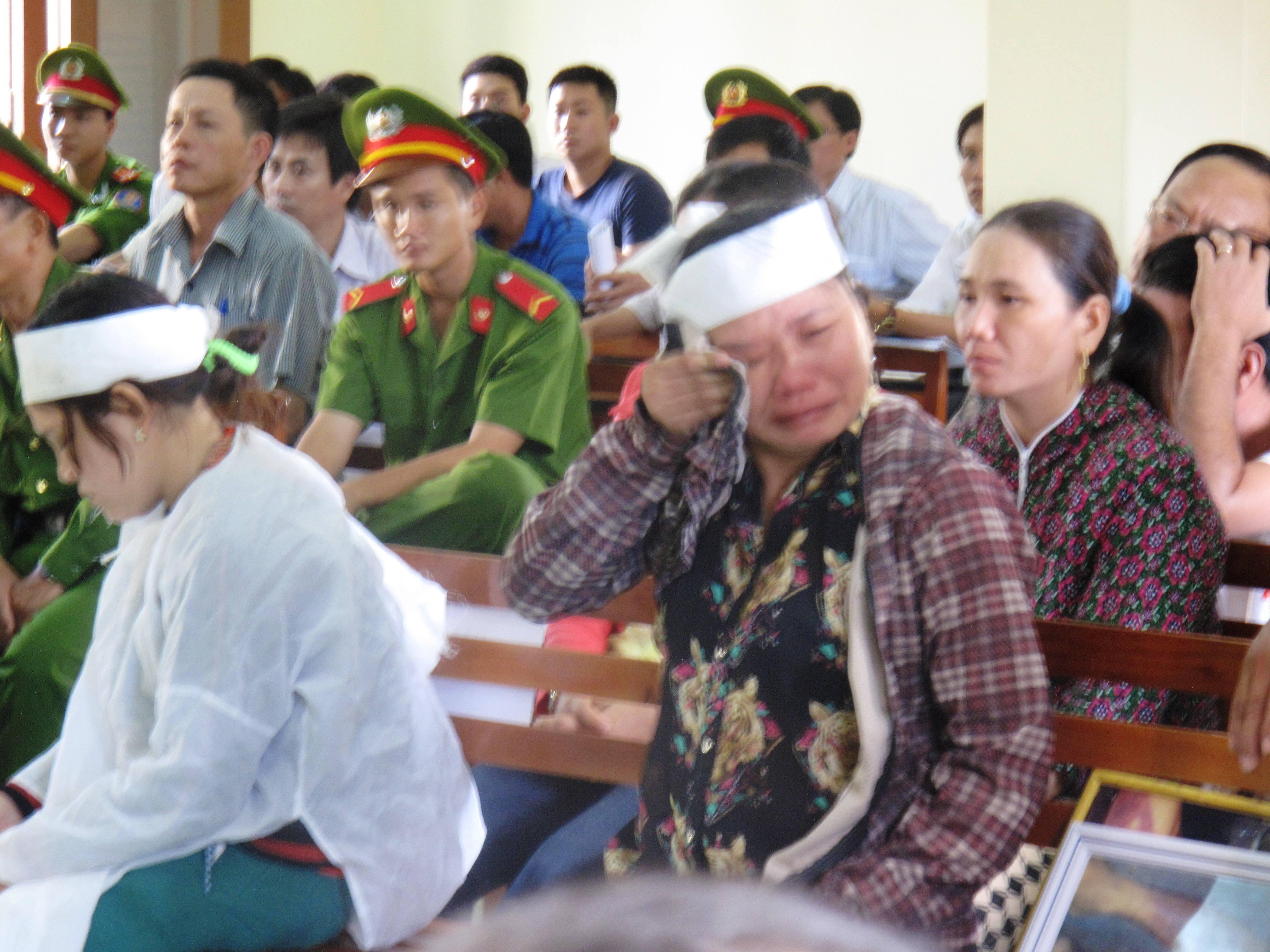 Quá bức xúc, bà Ngô Thị Tuyết (chị của bị hại Kiều) òa khóc