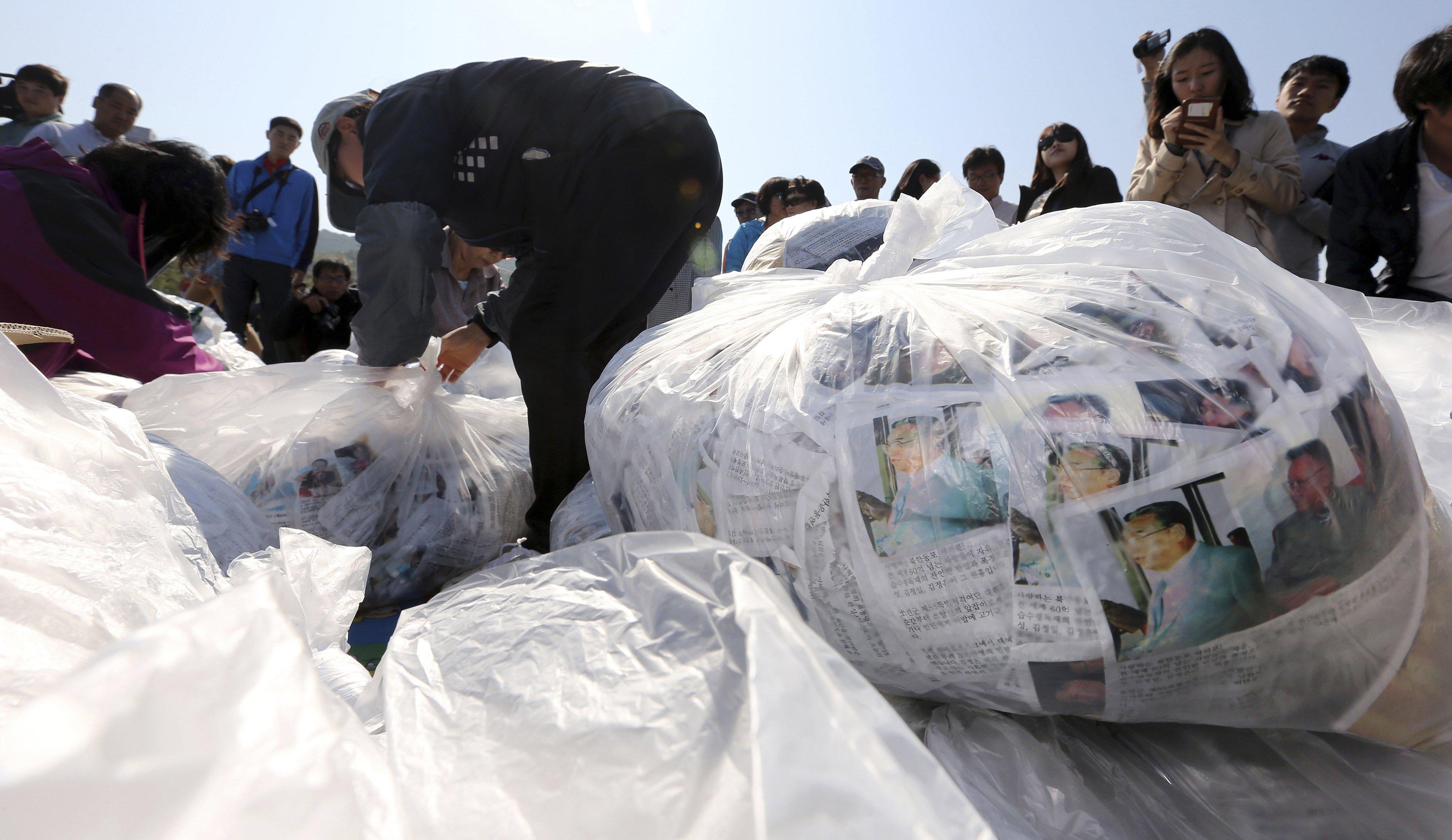 Truyền đơn chuẩn bị được thả ở biên giới hai miền Triều Tiên hôm 10-10.Ảnh: Reuters