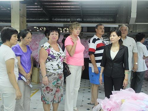 Bà Nguyễn Thị Nguyệt, Chủ tịch CĐ Công ty Cường Tài (bìa phải), là một trong những cán bộ CĐ tiêu biểu tại quận Gò Vấp, TP HCM ẢNH: NGÂN HÀ