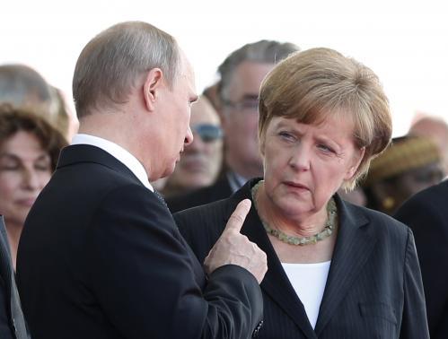 Bà Merkel tố Nga cố tình gây rắc rối cho những nước muốn kết thân EU. Ảnh Reuters