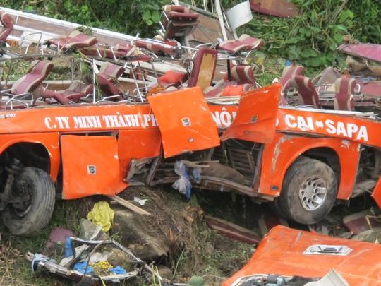 Thân chiếc xe khách trong vụ tai nạn trên địa bàn tỉnh Lào Cai ngày 1-9 bị vặn xoắn, không còn nguyên hình dạng. Ảnh: Văn Duẩn