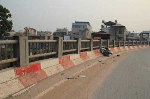 Chiếc xe gặp tai nạn trên thành cầu