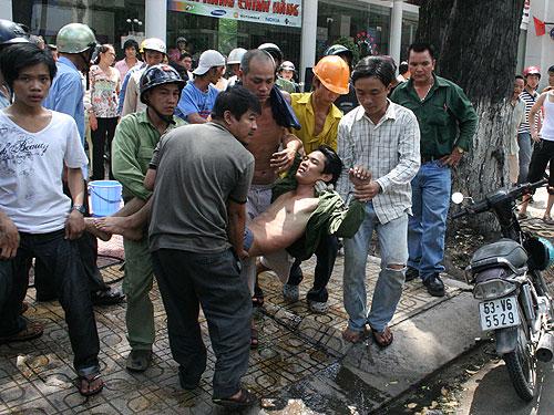 Cấp cứu một nạn nhân bị tai nạn lao động do bị điên giật