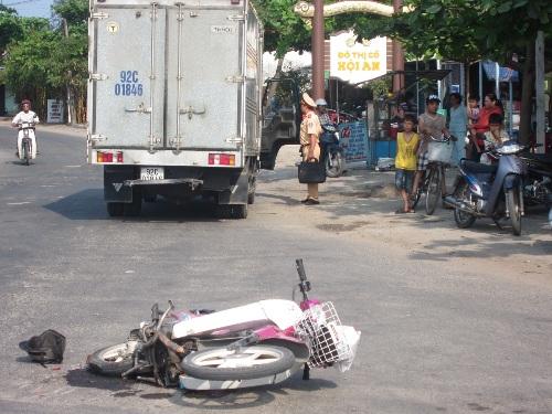 Sau khi gây tai nạn, tài xế xe tải đã bỏ chạy khỏi hiện trường.