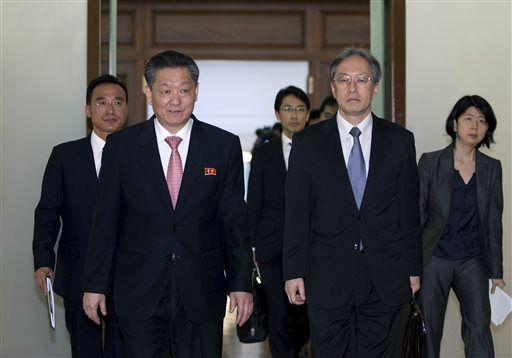 Giới chức Nhật Bản và Triều Tiên tham dự cuộc họp tại Đại sứ quán Triều Tiên ở Bắc Kinh- Trung Quốc hôm 30-3. Ảnh: AP