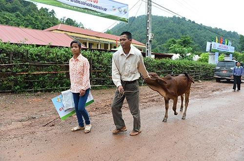 Nếu thực hiện theo cách mới của Viettel, việc trao 24.000 con bò cho người nghèo biên giới chỉ mất chưa đầy 3 năm trong khi làm cách cũ có thể lên tới 100 năm Ảnh: Mai Hạnh