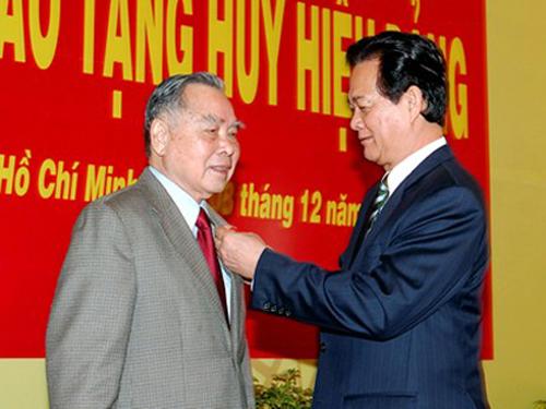 Thủ tướng Nguyễn Tấn Dũng trao tặng nguyên Thủ tướng Phan Văn Khải Huy hiệu 55 năm tuổi Đảng