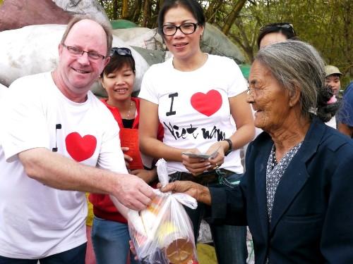 Tấm lòng của những người nước ngoài và món quà Tết đầy ý nghĩa