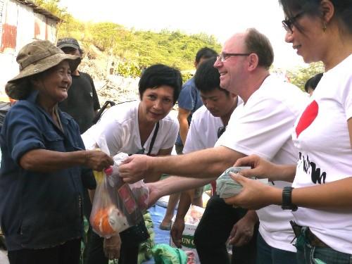 Người nước ngoài tặng quà Tết cho dân nghèo
