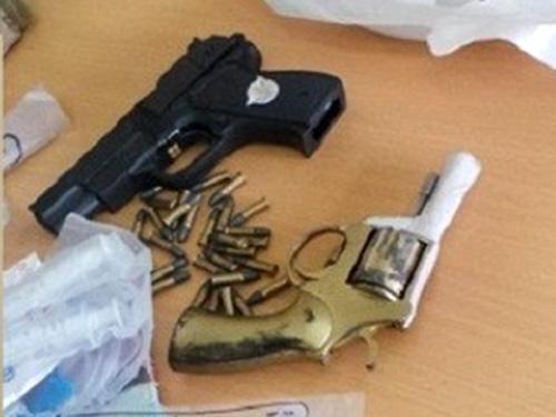 2 khẩu súng và hàng chục viên đạn được công an thu giữ khi bắt nghi phạm Nguyễn Anh Tuấn