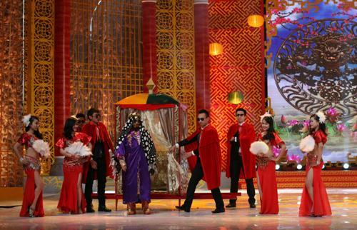 """Táo Kinh tế Quang Thắng xuất hiện trên sân khấu trong trang phục kính đen khăn trùm đầu của """"trai đẹp bị trục xuất"""" Omar"""