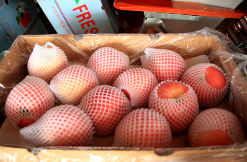 Một thùng táo đường Trung Quốc bọc vỏ xốp, chưa được dán tem. Ảnh: Phan Dương.