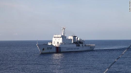 Một tàu Trung Quốc bám theo tàu cảnh sát biển Việt Nam 8003. Ảnh: CNN