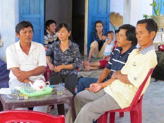 Vợ chồng ông Võ Đạt (bên trái) cùng người thân ngóng chờ tin tức của 6 ngư dân bị Trung Quốc bắt. Ảnh: Tr.Thy