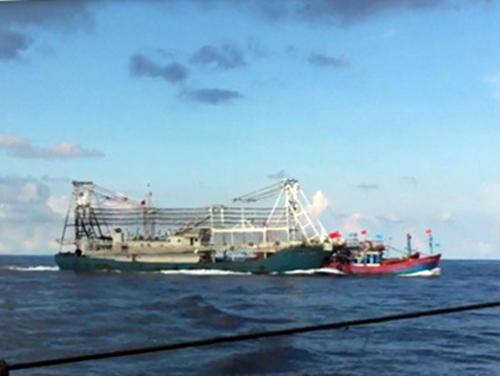 Tàu cá vỏ sắt của Trung Quốc đâm chìm tàu cá ĐNA 90152 TS của ngư dân Đà Nẵng đang hoạt động tại ngư trường truyền thống thuộc chủ quyền Việt Nam ở Hoàng Sa ngày 26-5. Ảnh cắt từ video
