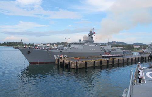 Tàu HQ-012 Lý Thái Tổ chuẩn bị rời Quân cảng Cam Ranh