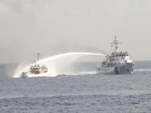 Tàu Trung Quốc xịt vòi rồng sang tàu Cảnh sát biển Việt Nam. Ảnh cắt từ clip của Cảnh sát Biển Việt Nam