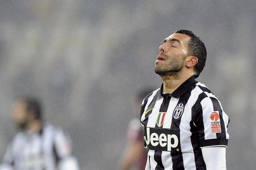 Tevez thất vọng sau quả đá phạt luân lưu đầu tiên. Anh ghi cú đúp trong giờ đấu chính cho Juventus