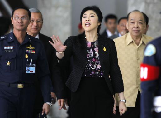 Bà Yingluck rời tổng hành dinh của Không quân THái Lan sau cuộc họp nội các ngày 23-1. Ảnh: REUTERS