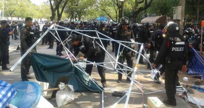 Cảnh sát phong tỏa giao lộ Nang Leung ở Bangkok  để chiếm lại khu vực của người biểu tình. Ảnh: Bangkok Post