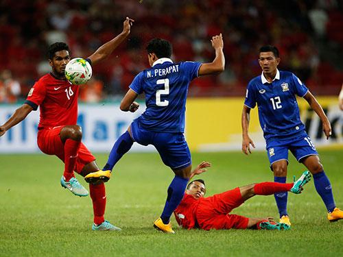Singapore của Harun (trái) thua Thái Lan vì sai lầm phòng ngự cuối trận Ảnh: REUTERS