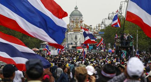 Hàng ngàn người biểu tình bao vây Tòa nhà Chính phủ Thái Lan hôm 17-2. Ảnh: Reuters
