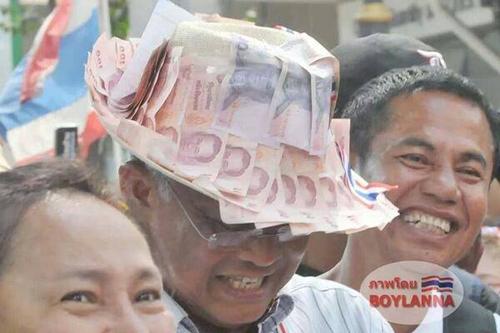 Ông Suthep đội chiếc nón dán đầy tiền ngày 7-2. Ảnh: Blue Sky Channel
