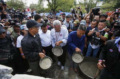 Ông Suthep đổ xi-măng xây tường chắn. Ảnh: Reuters