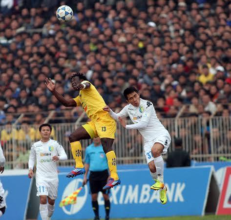 Các cầu thủ Thanh Hóa (áo vàng) chơi một trận tưng bừng trước T&T Hà Nội