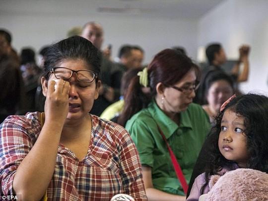 Thân nhân hành khách tại sân bay ở Surabaya (Indonesia). Ảnh: EPA