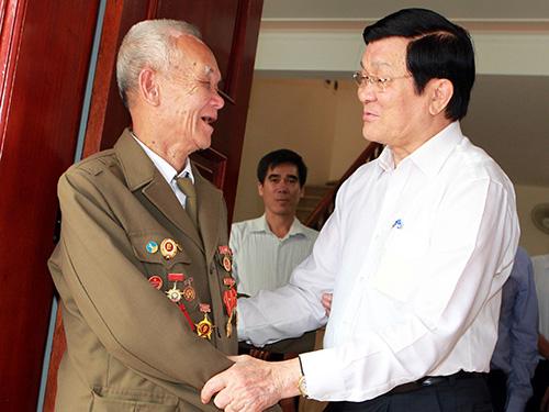 Chủ tịch nước Trương Tấn Sang thăm, tặng quà thương binh Nguyễn Việt Điểm - cựu chiến sĩ Điện Biên Phủ - ở TP Điện Biên Phủ Ảnh: TTXVN
