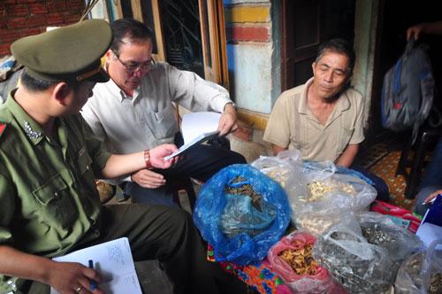 Lực lượng chức năng kiểm tra cơ sở chữa bệnh của ông Phạm Nên sau khi bốc thuốc trị bệnh khớp khiến một người tử vong. Ảnh: TỬ TRỰC
