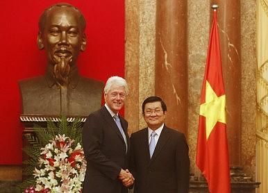 Ông Bill Clinton và Chủ tịch nước Việt Nam ông Trương Tấn Sang. Ảnh: Reuters