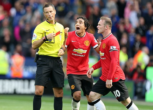 Rooney và Rafael phản ứng tấm thẻ đỏ của Tyler Blackett