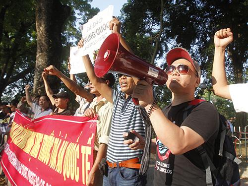 Báo chí thế giới đồng loạt đưa tin về tuần hành phản đối Trung Quốc tại Việt Nam hôm 13-5  Ảnh: Reuters