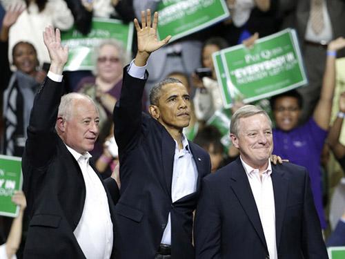 Tổng thống Mỹ Barack Obama (giữa) trong lần vận động tranh cử gần đây cho các ứng viên Đảng Dân chủ tại TP Chicago Ảnh: AP