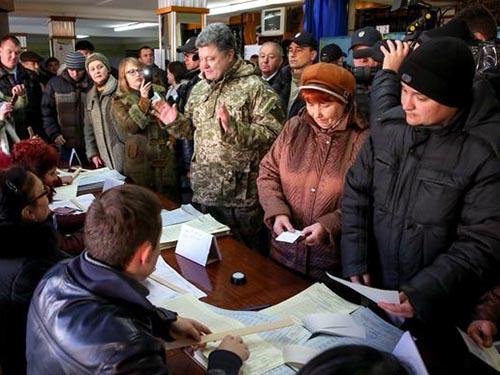 Tổng thống Ukraine Petro Poroshenko (giữa) có mặt ở TP Kramatorsk trong ngày bầu cử quốc hội 26-10 Ảnh: UNIAN