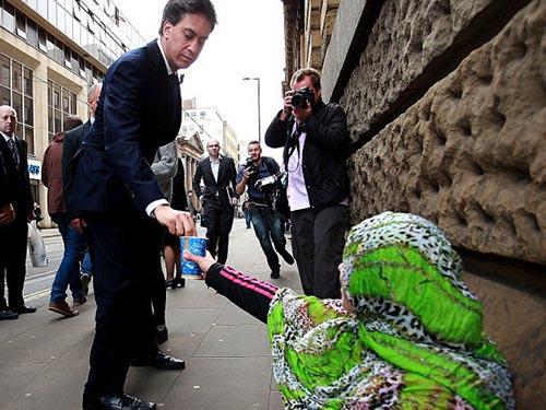Ông Ed Miliband cho tiền một phụ nữ  ăn xin Ảnh: PA