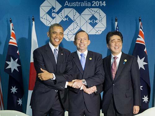Từ trái qua phải: Tổng thống Mỹ Barack Obama, Thủ tướng Úc Tony Abbott và Thủ tướng Nhật Bản Shinzo Abe tại cuộc gặp hôm 16-11Ảnh: AP